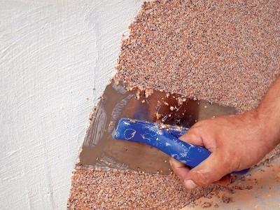 Укладка мраморной крошки на стену
