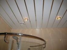 Потолок в ванной - рейки или панели?